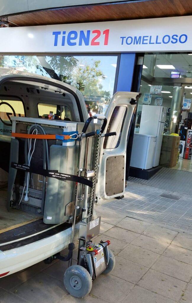 CEM Elevadores entrega una carretilla Buddy Lift a TIEN21 en Tomelloso
